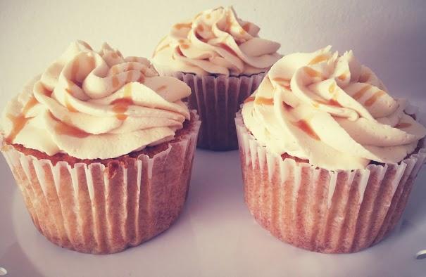 Æble cupcakes med karamel fyld og frosting