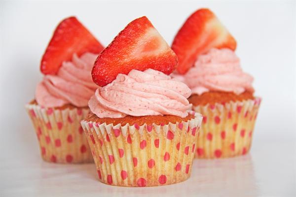 Svampede banan muffins med jordbær - Annettes kager