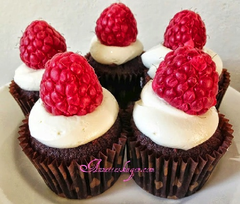 Mini chokolade cupcakes med hindbær