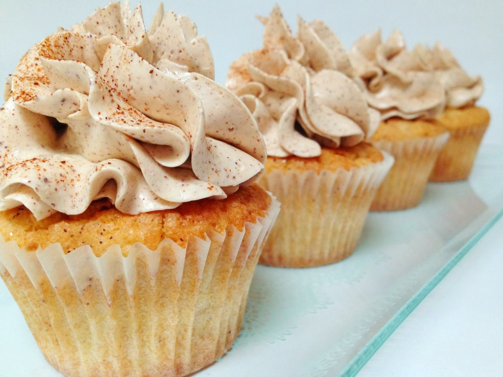 Æble cupcakes med marcipan toppet med kanel marengs frosting