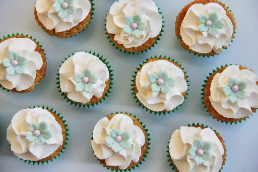 Pistacie cupcakes med fondant blomster