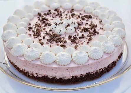 Chokoladekage med jordbær mousse og flødeskum