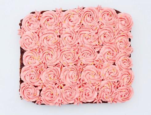 Brownie med roser i hindbær frosting