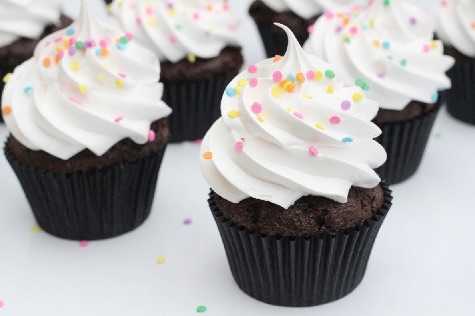 Chokolade cupcakes med skumfidus frosting