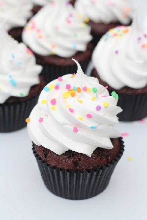 Chokolade cupcakes med hvid frosting og krymmel