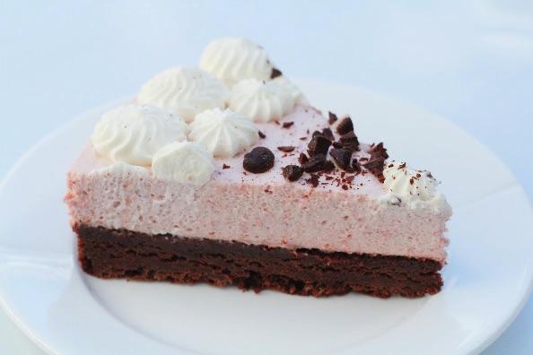Browniekage med jordbær mousse - Annetteskager