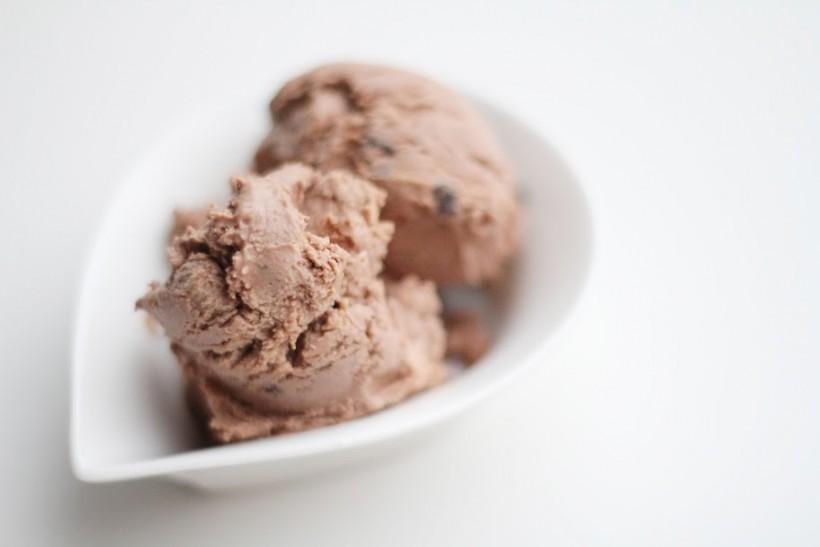 Hjemmelavet chokoladeis af kondenseret mælk