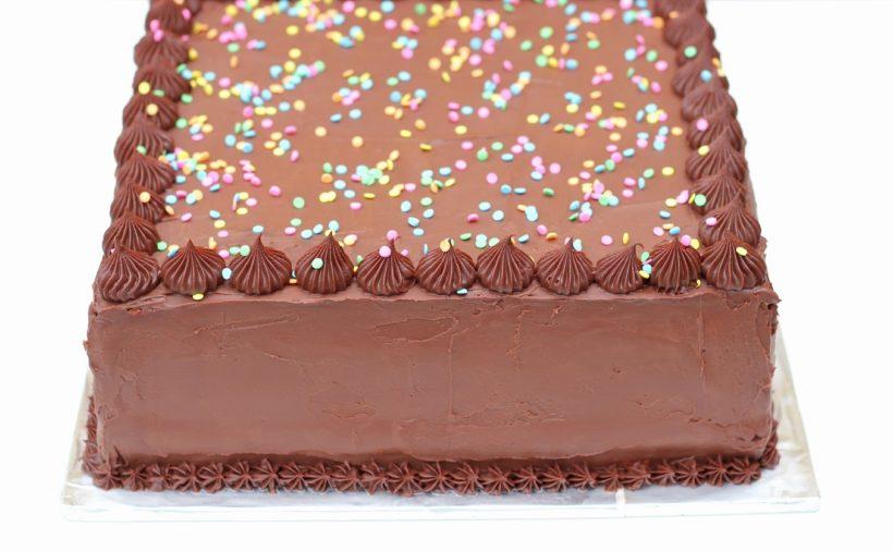 Chokolade lagkage smurt op med ganache