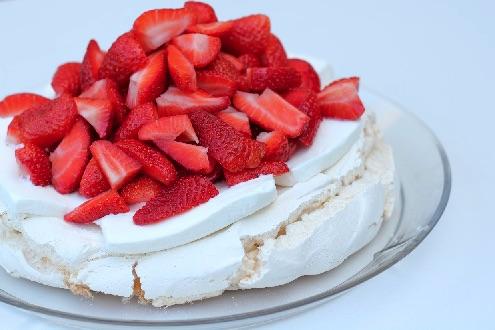 Pavlova med is og friske jordbær
