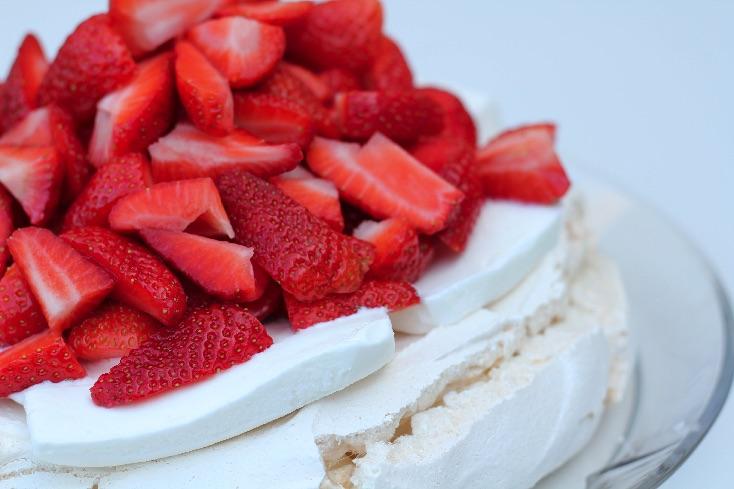 Pavlova dessert med is og friske jordbær