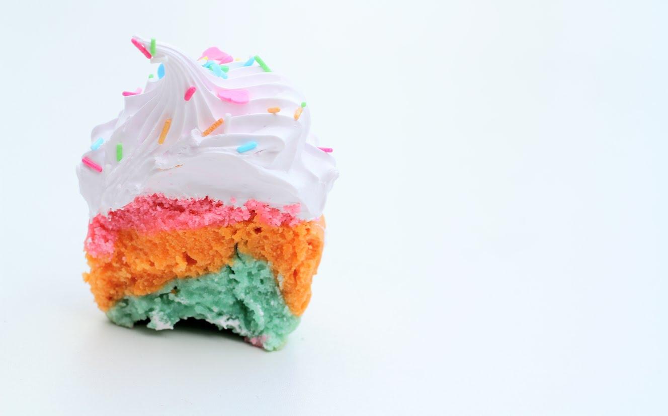 Regnbue cupcake indeni - Annetteskager