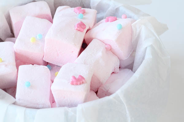 Hjemmelavede lyserøde skumfiduser