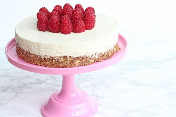 Cheesecake med sprød bund og friske hindbær