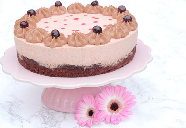 Chokoladekage med mousse på toppen