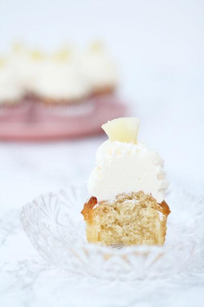 Kokoscupcakes med frosting og ananas