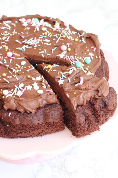 Chokoladekage med chokolade frosting og krymmel